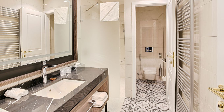 Deluxe Plus room bathroom - Thermia Palace Ensana Health Spa Hotel