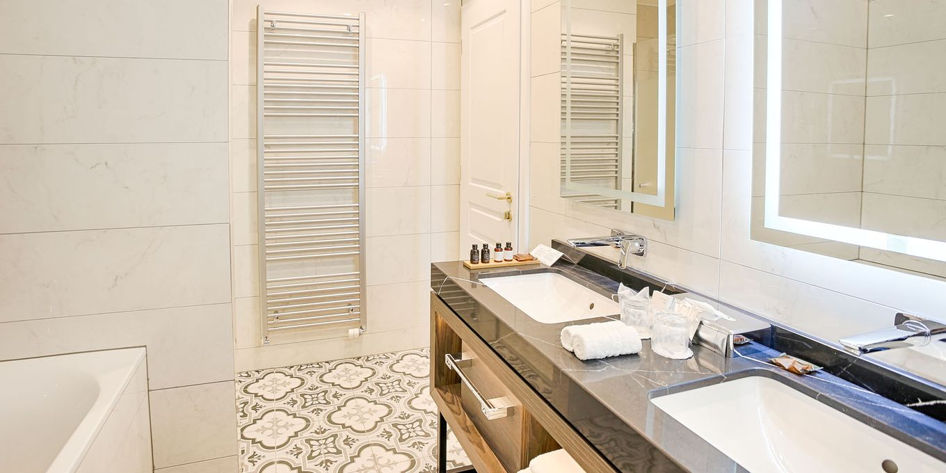 Deluxe Plus suite bathroom - Thermia Palace Ensana Health Spa Hotel
