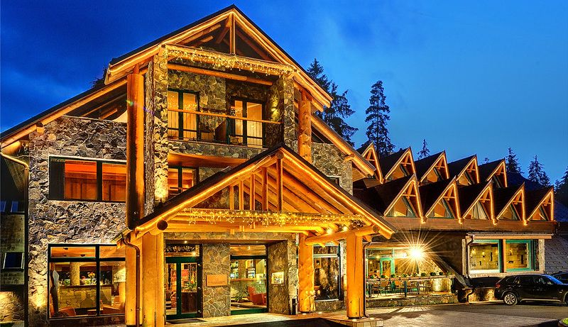 Hotel at night - Отель Tры Колодчикa / Hotel Tri studnicky